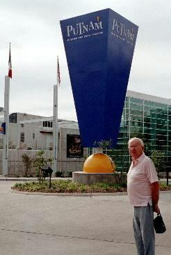 Vince Grobbel in front of the Putnam Museum, 17 Sept 2002